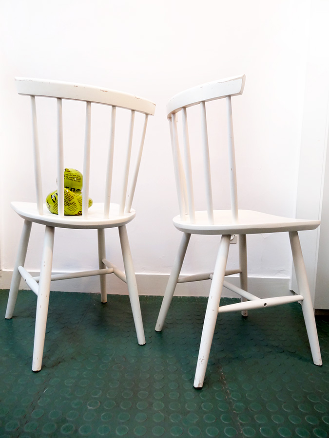 3 chaises blanches design scandinave vintage brocnshop. Black Bedroom Furniture Sets. Home Design Ideas